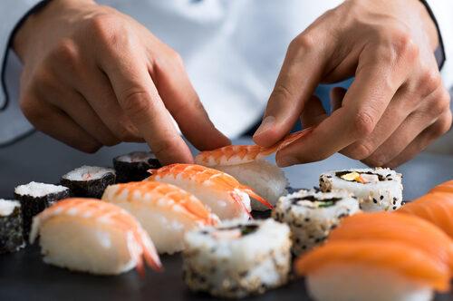 Kochkurse gibt es wie Sand am Meer, wer jedoch einen exotischen Sushi-Kurs besucht, kann die Herstellung der traditionellen japanischen Spezialität selbst erlernen. Zwar sind Sie danach sicherlich kein zertifizierter Sushi-Meister, dennoch werden die Resultate schmecken. Die Zubereitung erfordert zwar etwas Fingerspitzengefühl und Erfahrung, allerdings werden Sie mit köstlichen und abwechslungsreichen Sushi-Gerichten belohnt. Unser Ratgeber erklärt, worauf Sie bei der Auswahl eines Sushi-Kurses achten sollten, wie diese üblicherweise aufgebaut sind und was die Teilnahme ungefähr kostet.