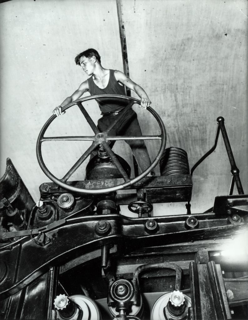 """Arkadi Schaichet, Komsomol-Mitglied, Balachna, 1931 - Nach der Revolution wird die Jugendorganisation der Bolschewistischen Partei, Komsomol, gegründet. Sie nimmt am russischen Bürgerkrieg und später an den Industrialisierungs- und Kollektivierungskampagnen teil. (Bild: © Shaikhet Family / Multimedia Art Museum, Moscow / """"Moscow House of Photography"""" Museum)"""