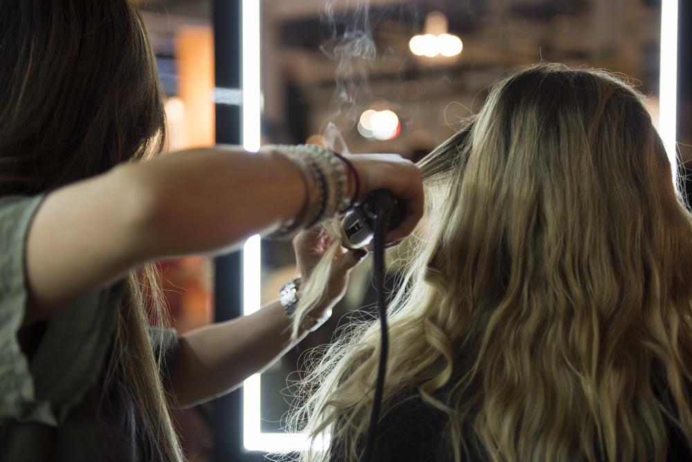 zwei Mädchen, die ihre Haare reparieren