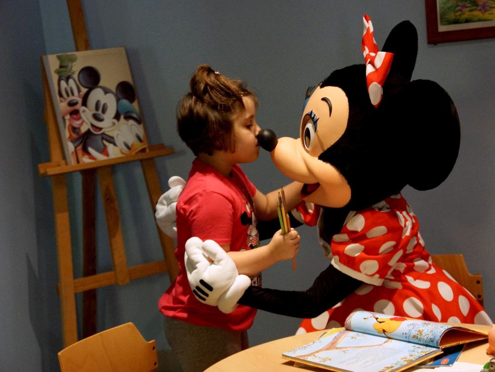 Chiara traf Minnie Mouse im Disneyland.