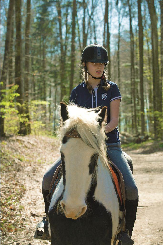 Inès machte auf einem Tinker-Pferd einen Ausritt.