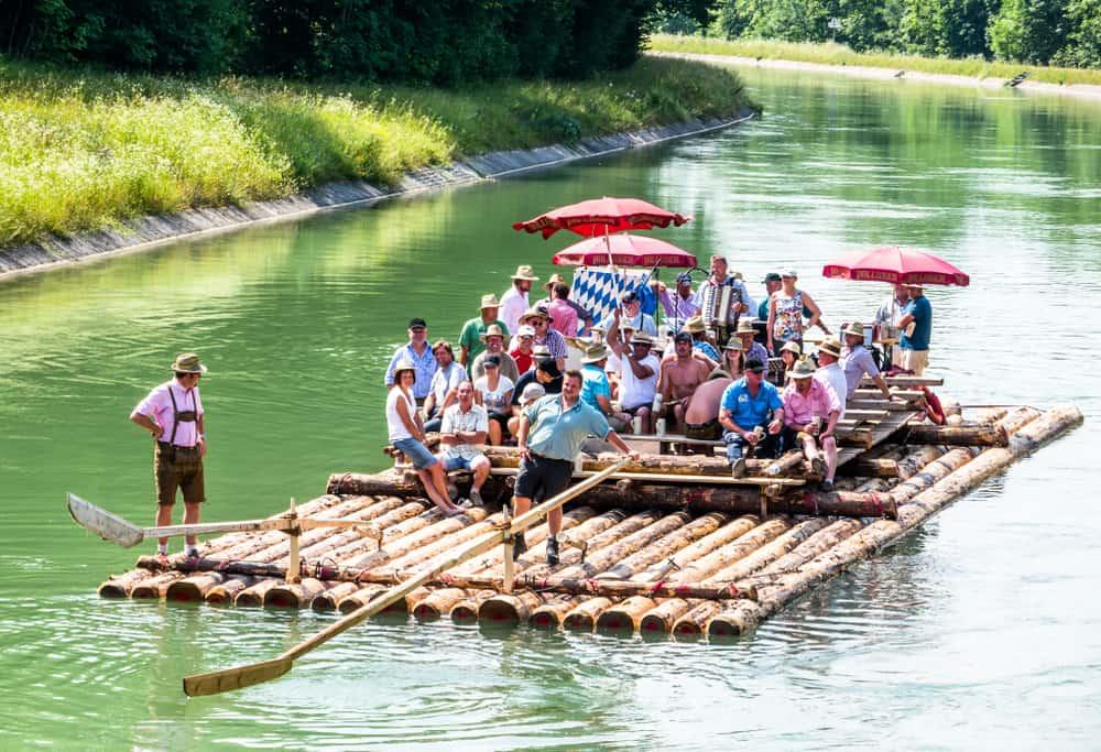 Im Team ein Floss bauen und damit auf fröhliche Fahrt gehen (Bild: FooTToo – shutterstock.com)