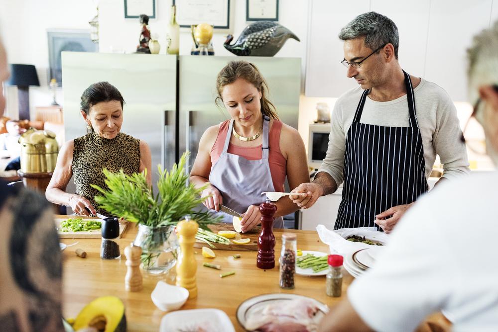 Gemeinsames Kochen fördert den Teamgeist. (Bild: Rawpixel.com – shutterstock.com)