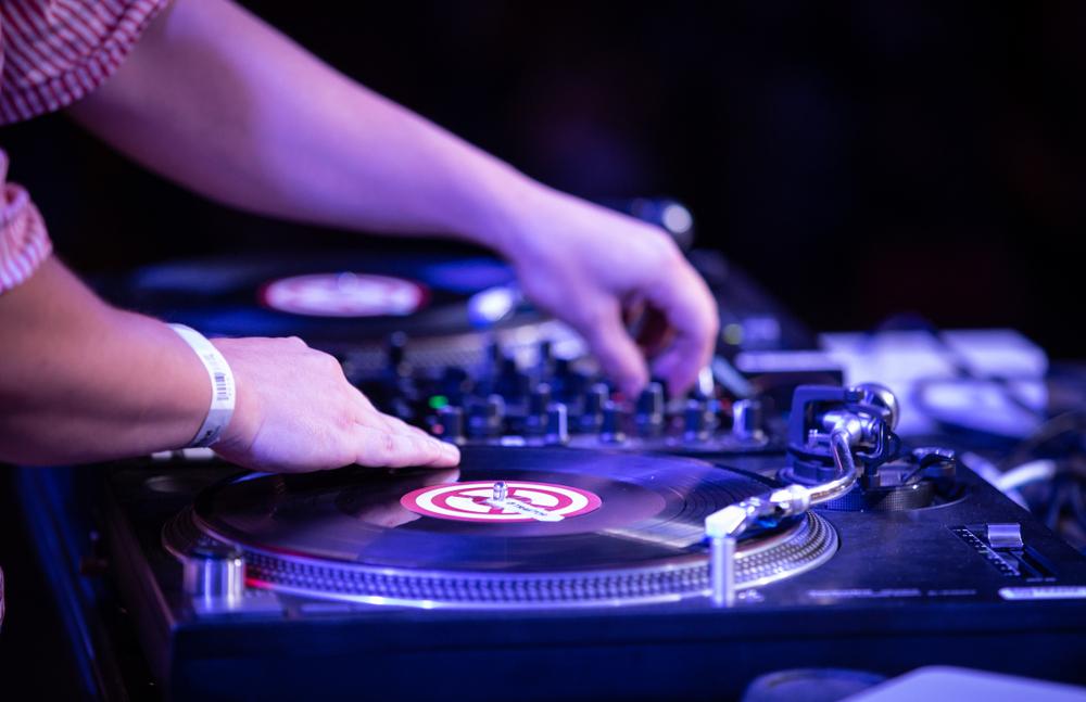 """Ein DJ sorgt auf der Party für den """"guten Ton"""". (Bild: hurricanehank - shutterstock.com)"""