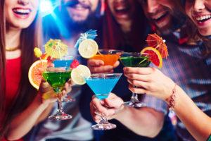 Einladung zur Cocktailparty – kreativ feiern unter einem individuellen Motto