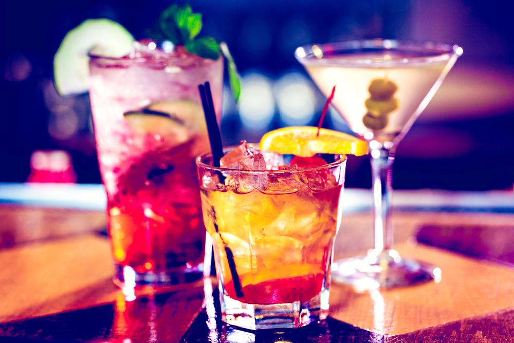Fröhlich feiern mit einer Bar (Bild: Arina P Habich - shutterstock.com)