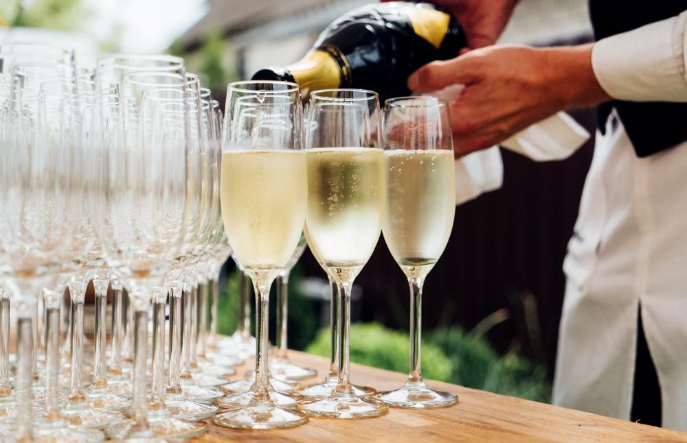 Sekt für die Gäste (Bild: Shebeko - shutterstock.com)