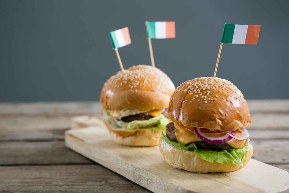 Auf der irischen Party für das leibliche Wohl sorgen (Bild: wavebreakmedia - shutterstock.com)
