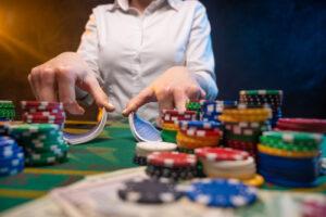 Es gibt mittlerweile eine große Auswahl an Casinoseiten auf denen auch Online-Poker gespielt werden kann. Bei den Anbietern tummeln sich zu den Hauptzeiten zig tausende Spieler. Der Unterschied von Online- und Live-Poker ist jener, dass beim Online-Poker das Spiel an sich schneller abläuft. Ein automatischer RNG (Random Number Generator) teilt die Karten in sekundenschnelle an die Spieler aus. Im Gegensatz zum Online-Poker erfolgt dieser Prozess beim Live-Poker von der Hand. Welche Vor- und Nachteile aufgrund dieser Gegebenheiten für Spieler entstehen, möchten wir in diesem Artikel näher erklären!