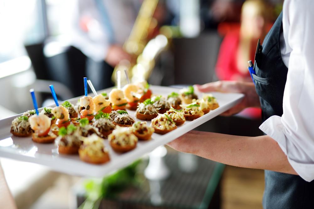Passendes Catering für die Jubiläumsfeier (Bild: MNStudio - shutterstock.com)