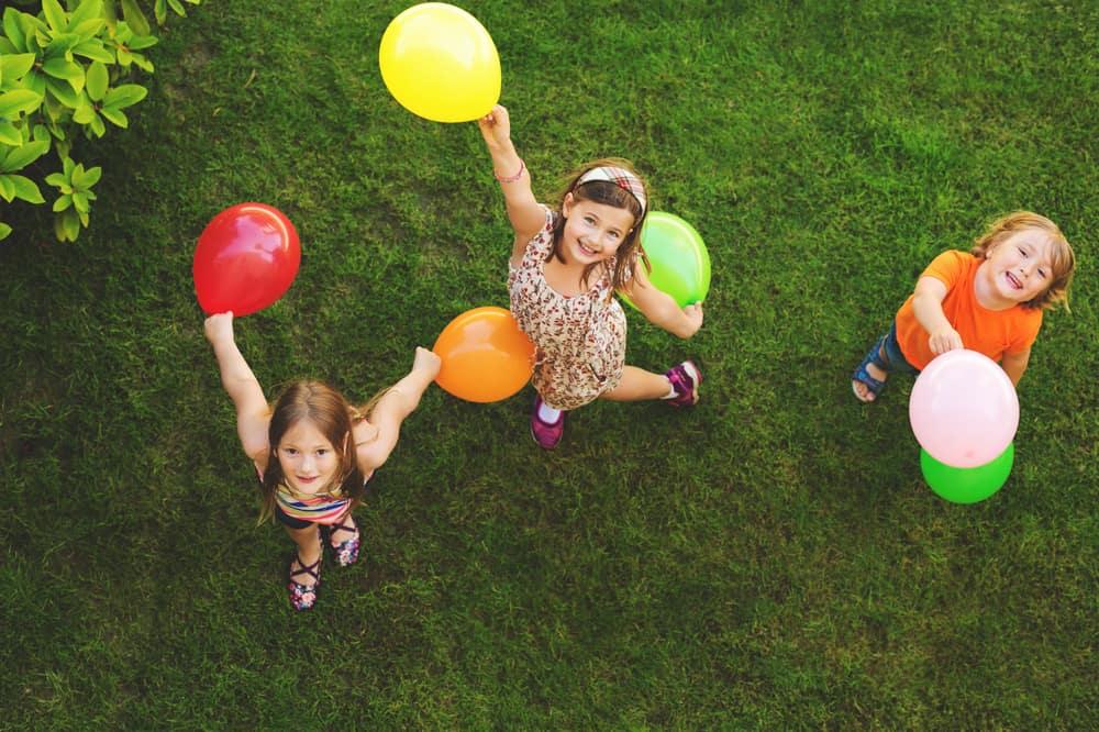 Spass und Spannung auf dem Kinder-Sommerfest erleben (Bild: Anna Nahabed - shutterstock.com)