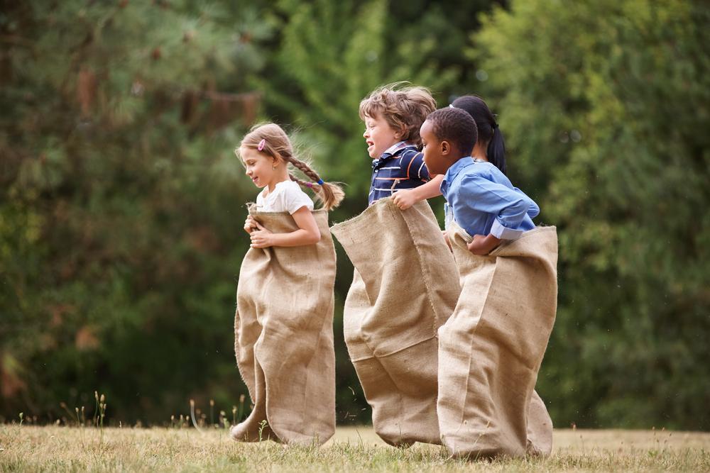 Spielangebote für Kinder dürfen beim Fest nicht fehlen. (Bild: Robert Kneschke - shutterstock.com)