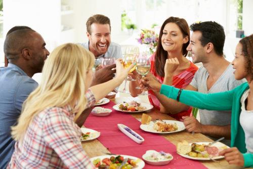 Gut speisen in fröhlicher Runde (Bild: Monkey Business Images - shutterstock.com)