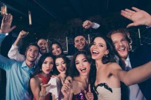 Junge Leute posen feierlich in die Kamera