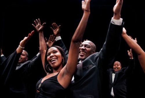 """Wenn diese 18 Sängerinnen und Sänger in farbenfroh leuchtenden Gewändern mit ihrer ganzen stimmlichen Kraft afrikanische Traditionals oder Gospelsongs wie """"Oh Happy Day"""" anstimmen, dann kann man gar nicht anders als mitzuwippen und sich ganz dem himmlischen Klang eines der besten Chöre der Welt hinzugeben. Am 8. Januar 2020 darf sich das Publikum im Musical Theater Basel auf ein neues Programm der African Angels freuen, das mit dem Besten aus African Traditionals, Gospel und Oper die Seele Afrikas zum Klingen bringt."""