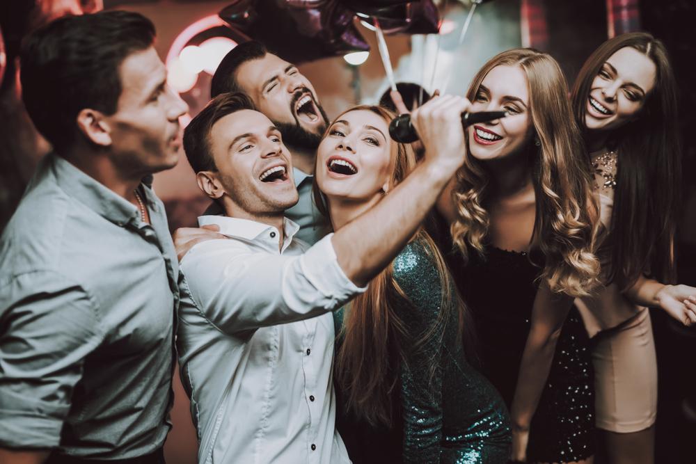 Beste Stimmung bei der Karaoke-Party (Bild: VGstockstudio - shutterstock.com)