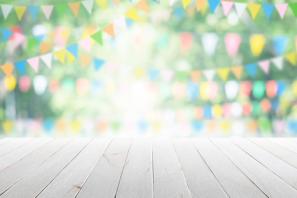 Eine fröhliche Sommerparty feiern (Bild: Akura Yochi - shutterstock.com)