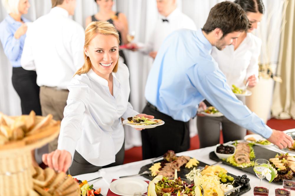 Geschäftsfrau serviert sich bei der Veranstaltung des Buffetservice