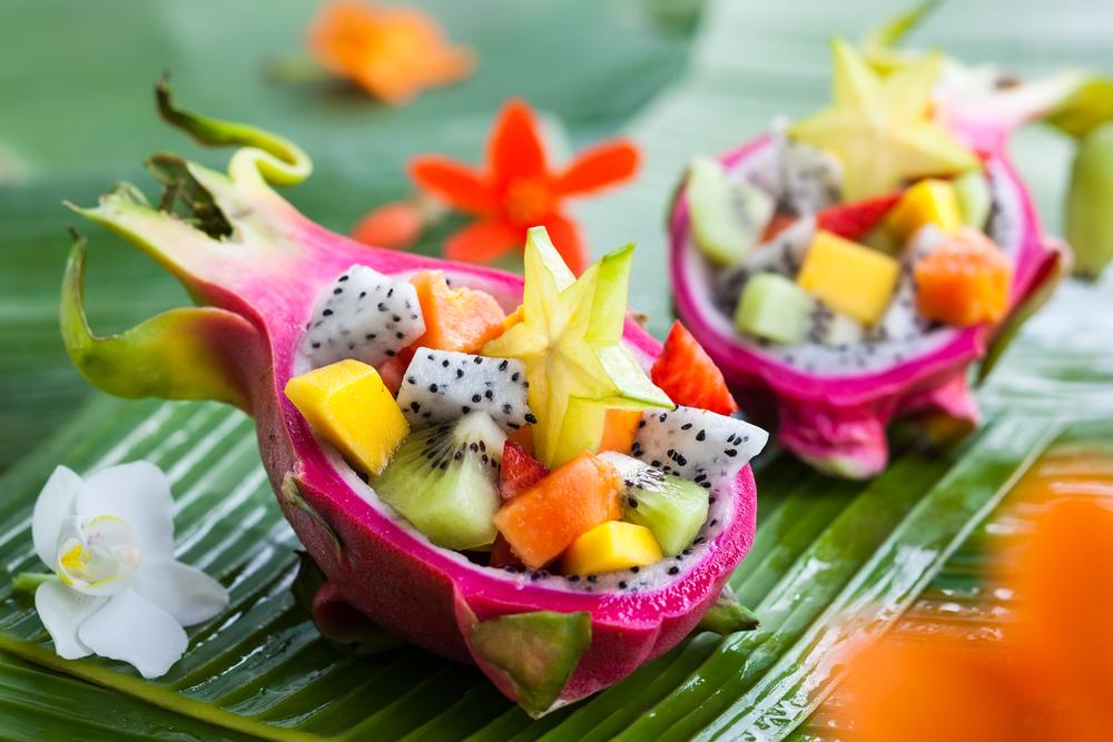 Exotischer Fruchtsalat in einer halben Drachenfrucht serviert
