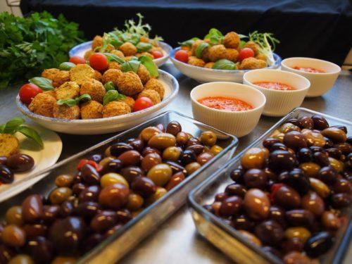 https://pixabay.com/de/photos/falafel-salsa-olive-basilikum-2709048/