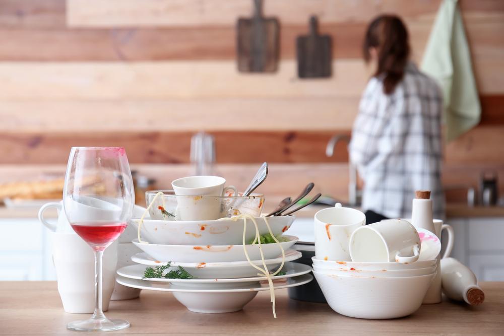 Schmutziges Geschirr räumen Sie idealerweise direkt nach der Feier in den Spüler