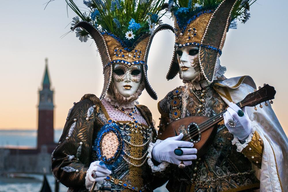 Elegante Kostüme beim venezianischen Karneval