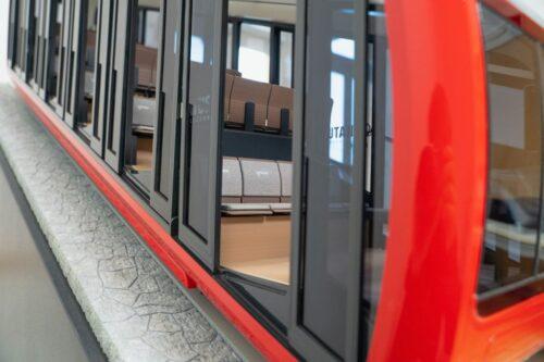 Bild-Infos Download Bildunterschrift:  Im Fahrgastraum der neuen Triebwagen der Pilatus-Bahnen AG sorgen helle, warme Farbtöne und ein hochwertiger Bodenbelag für eine edle Atmosphäre. (Bild: Pilatus-Bahnen AG)