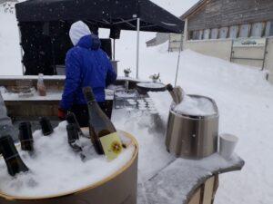Mieten Sie bei uns eine cooleAprès SkiBar in Holzoptikfür Ihre Party