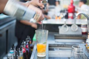 Mit einer mobilen Cocktailbar holt man die Party einfach zu sich. (Bild: © istock.com/ ShotShare)