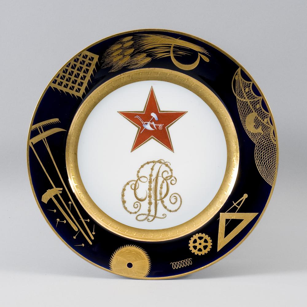 Teller, Red Army, 1922 - Namhafte Künstler entwerfen nach der Revolution Vorlagen für die traditionsreiche Porzellanherstellung. Der rote Stern steht für den Weg in die klassenlose Gesellschaft. (Bild: Tsarenkov Collection, London)