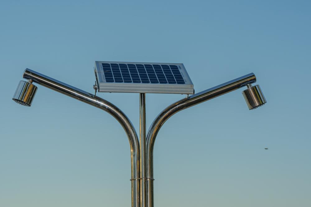 Perfekte Erfrischung mit einer Solardusche (Bild: 2stockista - shutterstock.com)