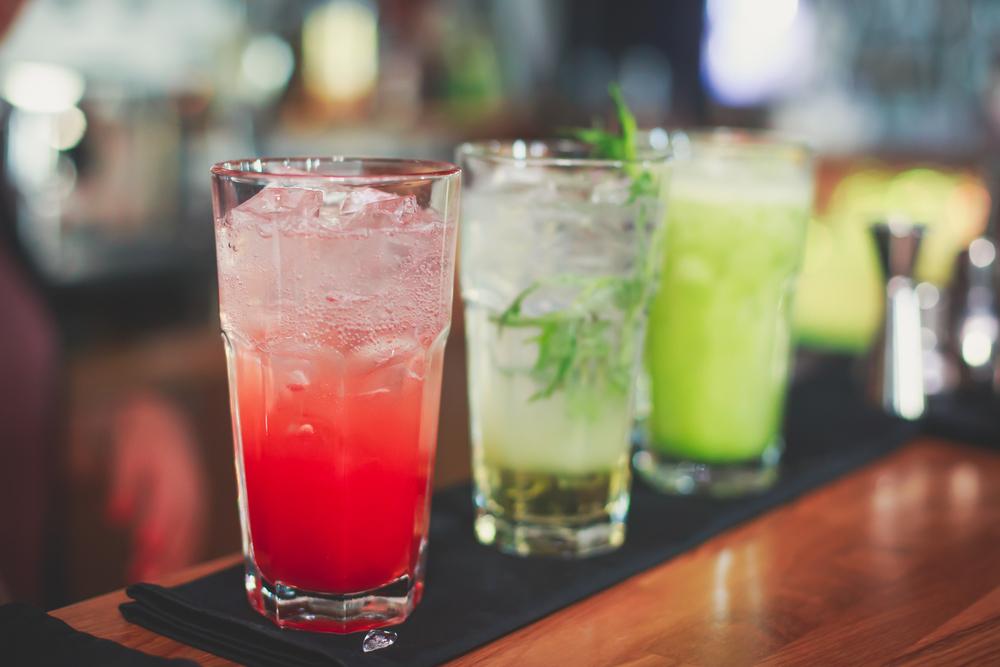 Fröhlich feiern mit einer Bar (Bild: Tsuguliev - shutterstock.com)