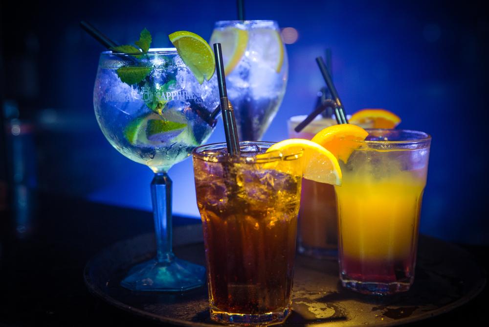 Cocktails an der Bar geniessen (Bild: Mozo Productions - shutterstock.com)