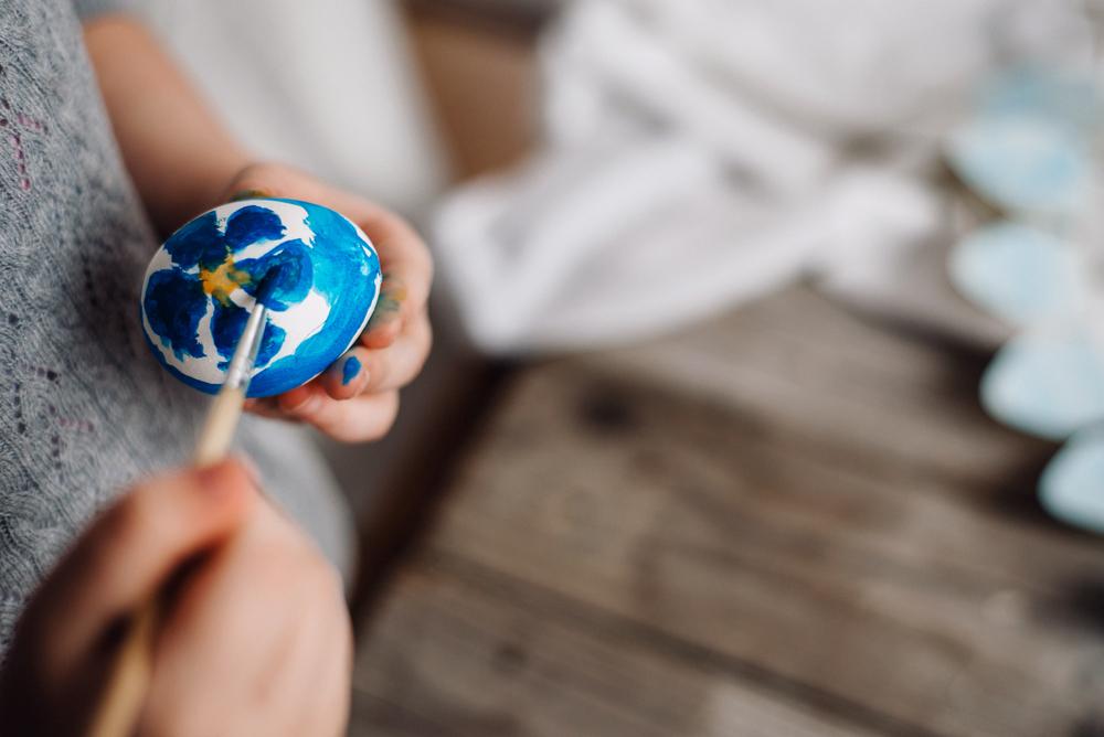 Bunte Eier und schöne Deko für die Osterfeier (Bild: bondart - shutterstock.com)