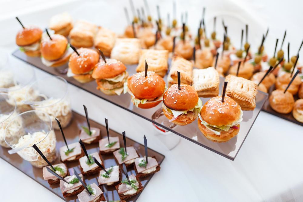 Leckere Snacks für die Party (Bild: khamiak - shutterstock.com)