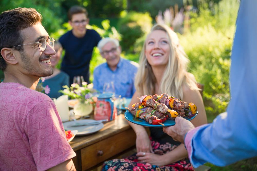 Für das leibliche Wohl der Gäste sorgen (Bild: Jack Frog - shutterstock.com)