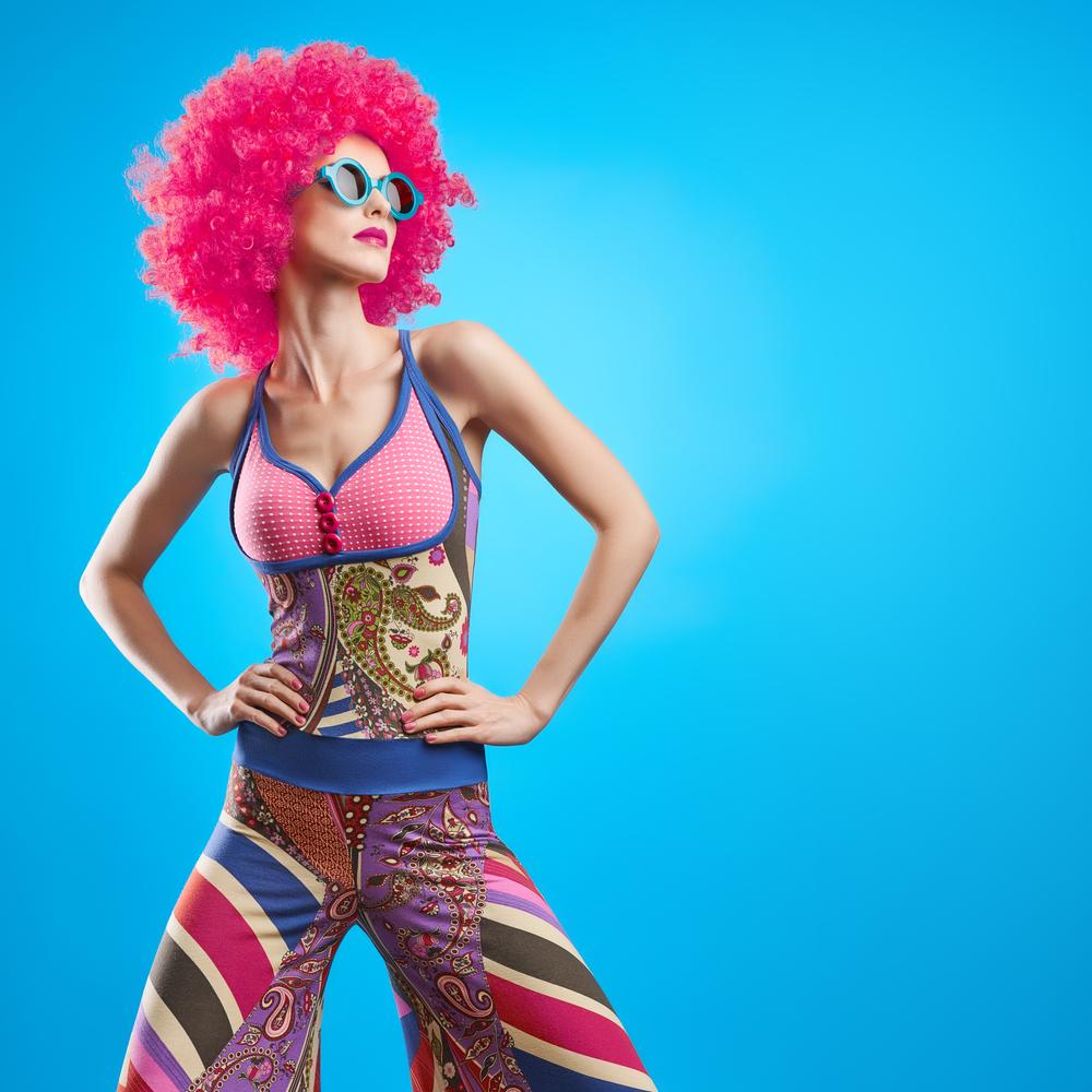 Frau im schrillen Outfit post