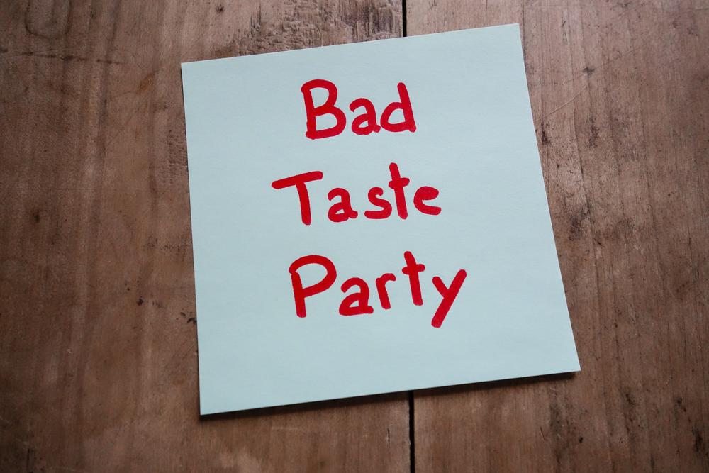 """Die Aufschrift """"Bad Taste Party"""" auf einem Blatt Papier"""