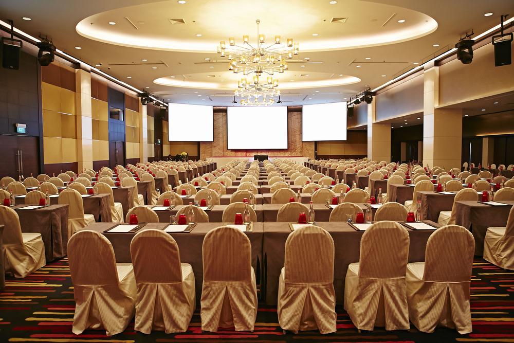 großes leeres modernes Meeting, Seminar, Konferenzraum im Hotel